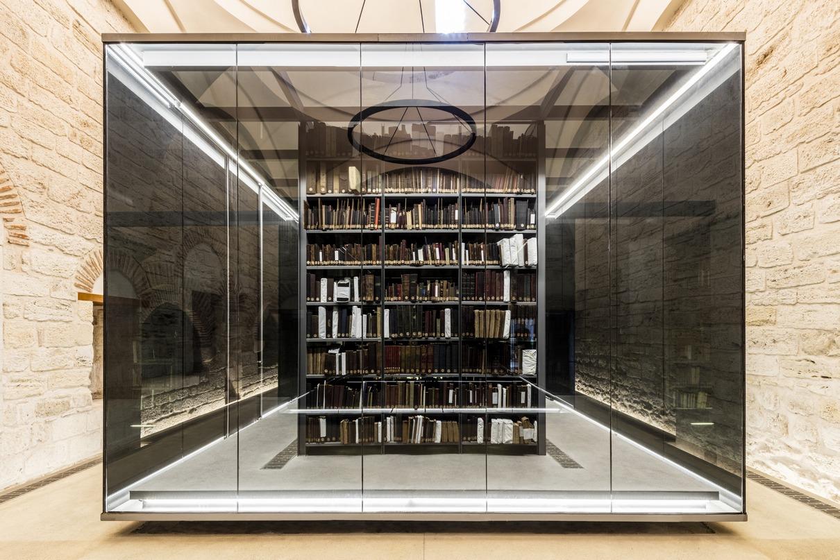 Проект реконструкции одной из старейших библиотек Стамбула разработало турецкое бюро Tabanlioglu Architects. Архитекторы заменили ветхую крышу здания, обеспечив естественное освещение внутренних пространств, открыли и сделали частью интерьера византийские руины. Проект также предусматривает превращение библиотеки в общедоступное городское пространство: теперь она работает круглосуточно, в том числе как выставочное пространство