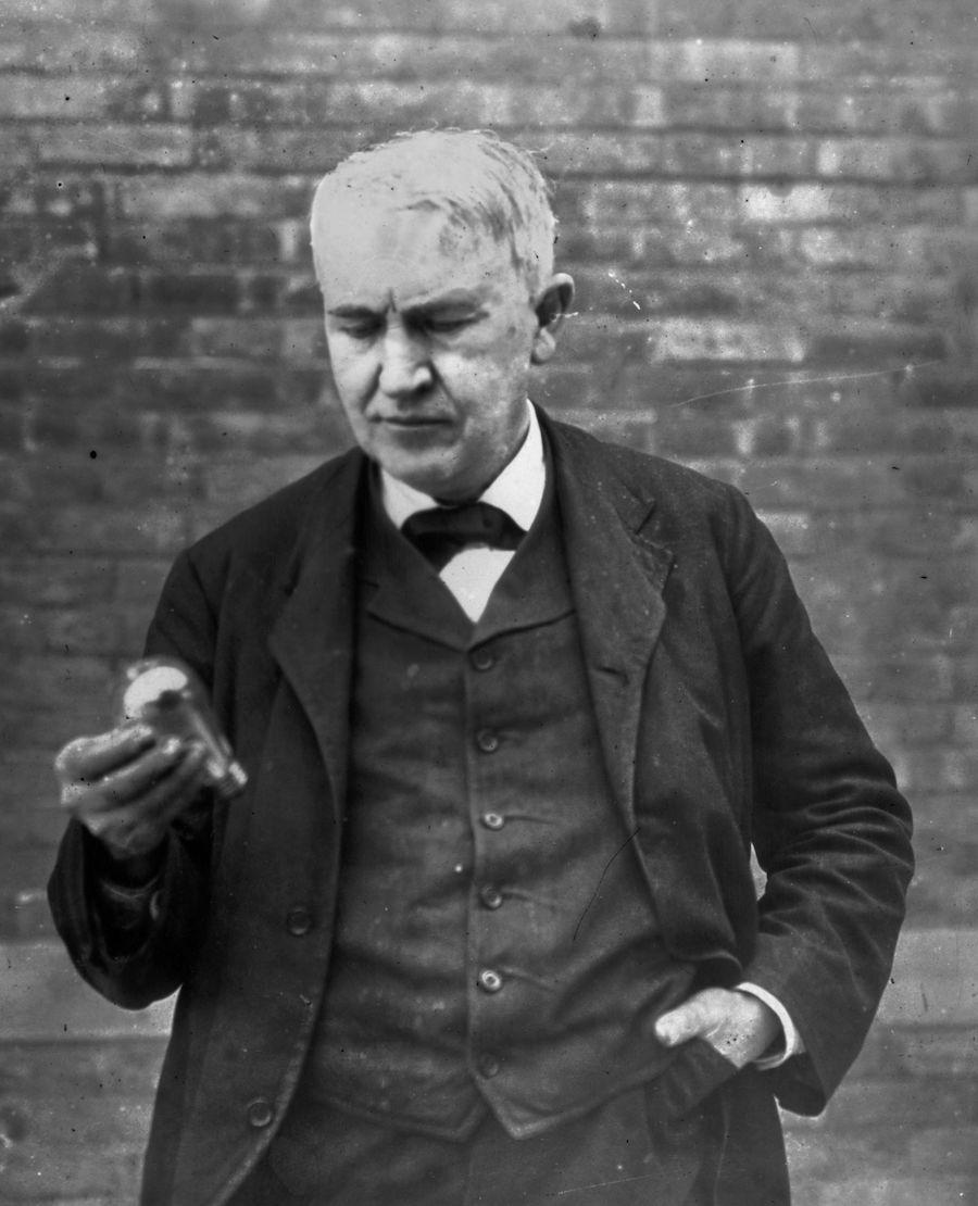 Томас Эдисон с лампочкой