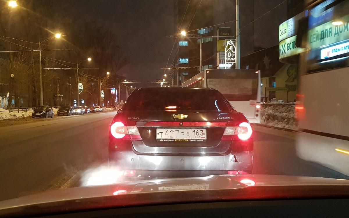 <p>Помимо возможности достраивать нечитаемые знаки камерам помогает совершенно утилитарная вещь&nbsp;&mdash; в России у табличек с госномерами обязательно должен быть рельеф.</p>