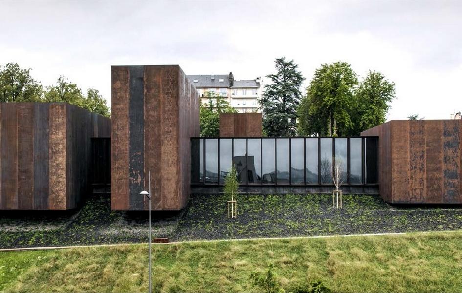 В 2005 году Сулаж передал муниципалитету 500 своих работ, для размещения которых потребовалось построить отдельное здание. Конкурс на его проектированиевыиграла студия RCR Aquitectes, а в составе жюри был сам художник