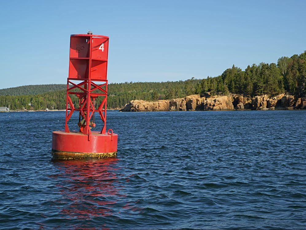 Особняк называется Ringing Point — «Звенящий мыс» — в честь установленного здесь бакена с колоколом