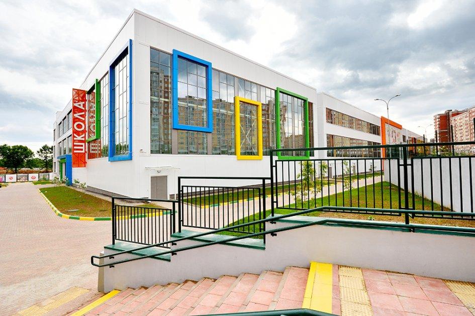 Это учебное заведение, построенное в честь пятилетия присоединения новых территорий, оказалось самой большой школой в Новой Москве. Здание спроектировано с учетом пожеланий педагогов, будущих учеников и их родителей. В помещениях используется цветовая навигация, а при строительстве, обустройстве и оформлении применялись инновационные материалы и технологии