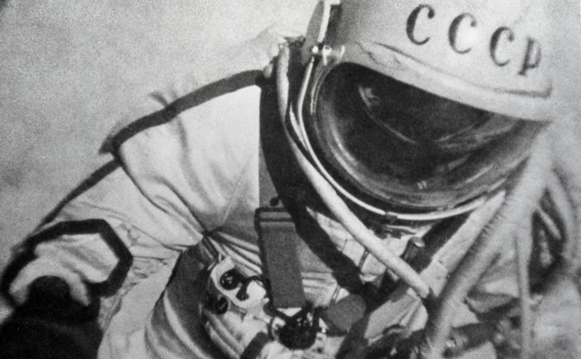 Космонавт Леонов А. А. в открытом космосе во время полета КК «Восход-2»