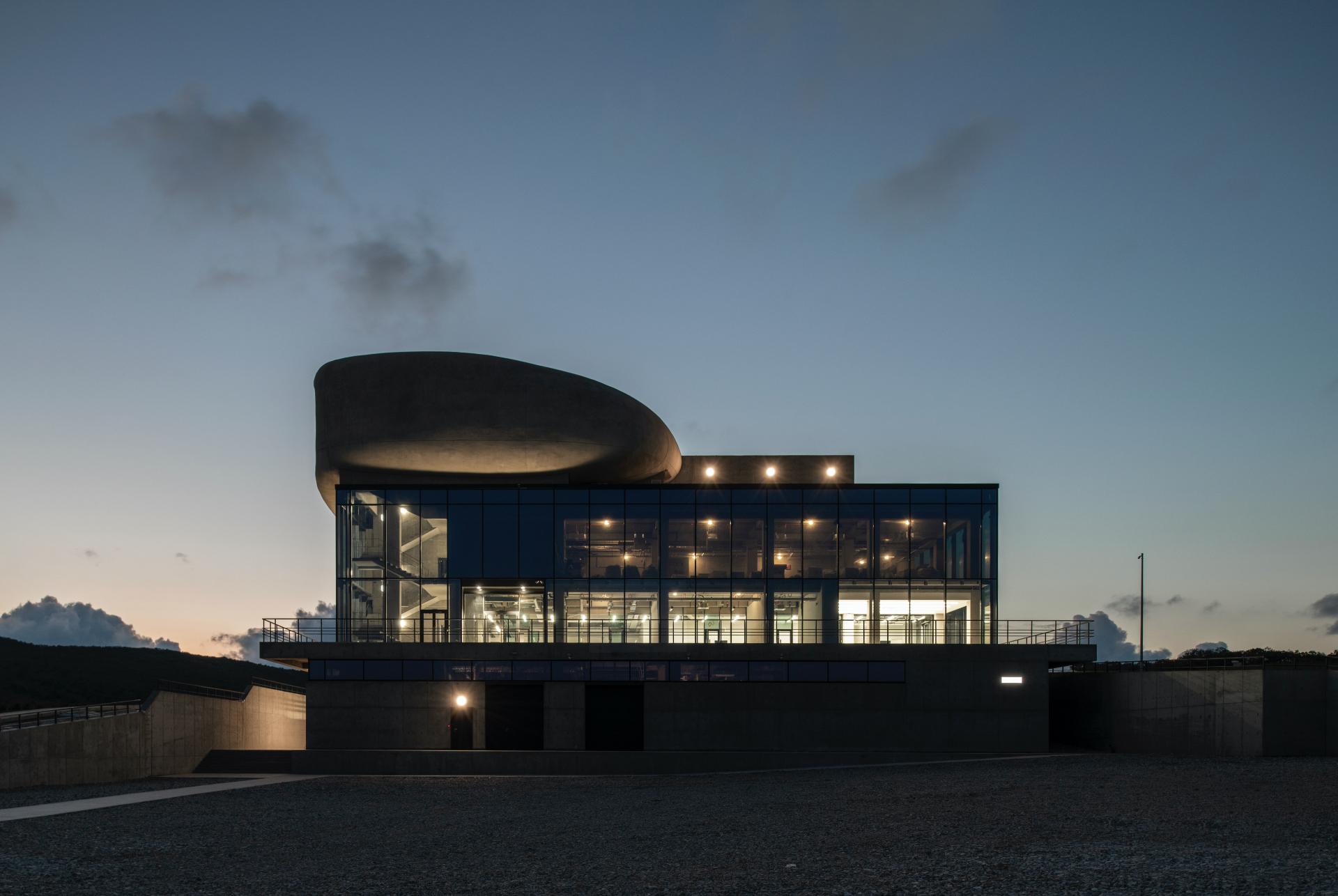 Площадь здания почти 10 тыс. кв. м.Здесь есть дегустационный зал, винотека, бар, ресторан и панорамная терраса с выходом на крышу.