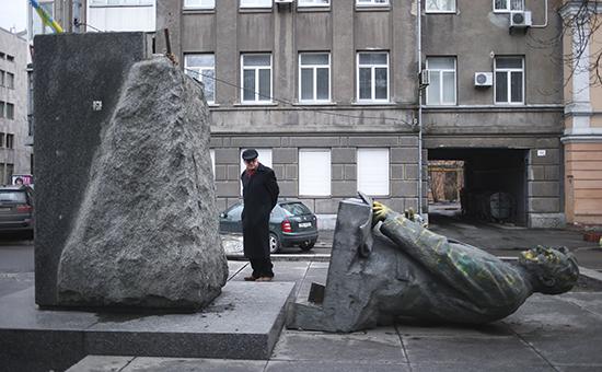 Памятник советскому политическому деятелю, первому министру иностранных дел УССР Дмитрию Мануильскому, сброшенный с постамента  Архивное фото