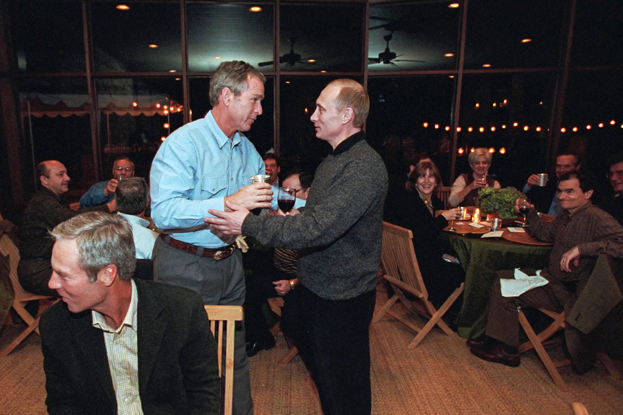 В ноябре 2001 года Владимир Путин в рамках государственного визита в США гостил на ранчо президента страны Джорджа Буша-младшегов Техасе. На второй день пребывания российского лидера там состоялся дружеский ужин, на который собрались около 30 человек, в том числе пианист Ван Клиберн игольфист Бен Креншоу. Как сообщалось на сайте Кремля, ужин прошел в непринужденной атмосфере, а политические темы практически не поднимались