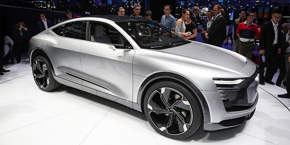 Audi E-Tron Sportback  Электрокар оснащен тремя моторами (один спереди и два сзади) суммарной мощностью 435 л.с., а запас хода превышает 500 километров. Длина машины составляет 4,90 м, размер колесной базы – 2,93 метра. При этом новинка построена на традиционной платформе MLB с продольным расположением мотора, так перед нами, возможно, прямой намер не на электрокар, а на будущий кроссовер Audi Q6, который представят в следующем году. Не исключено, что будет и полноценный электрокар, но не раньше 2019 года.