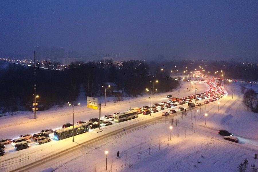 Сильный снегопад утром 4 декабря практически парализовал движение на улицах Москвы. В час пик пробки, по данным «Яндекса», достигали 9 баллов, к 10:00 их уровень снизился до 6 баллов.