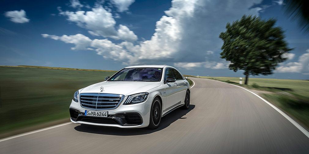 Mercedes S-Class  Осенью в салонах Mercedes-Benz появится обновленный флагман S-Class с новой оптикой, иными решеткой радиатора и бамперами. Новый бензиновый мотор V8 4,0 развивает более 400 л.с., а базовым станет 2,0-литровый агрегат мощностью 268 лошадиных сил. Наконец, будет и 310-сильный дизель — самый мощный в гамме.