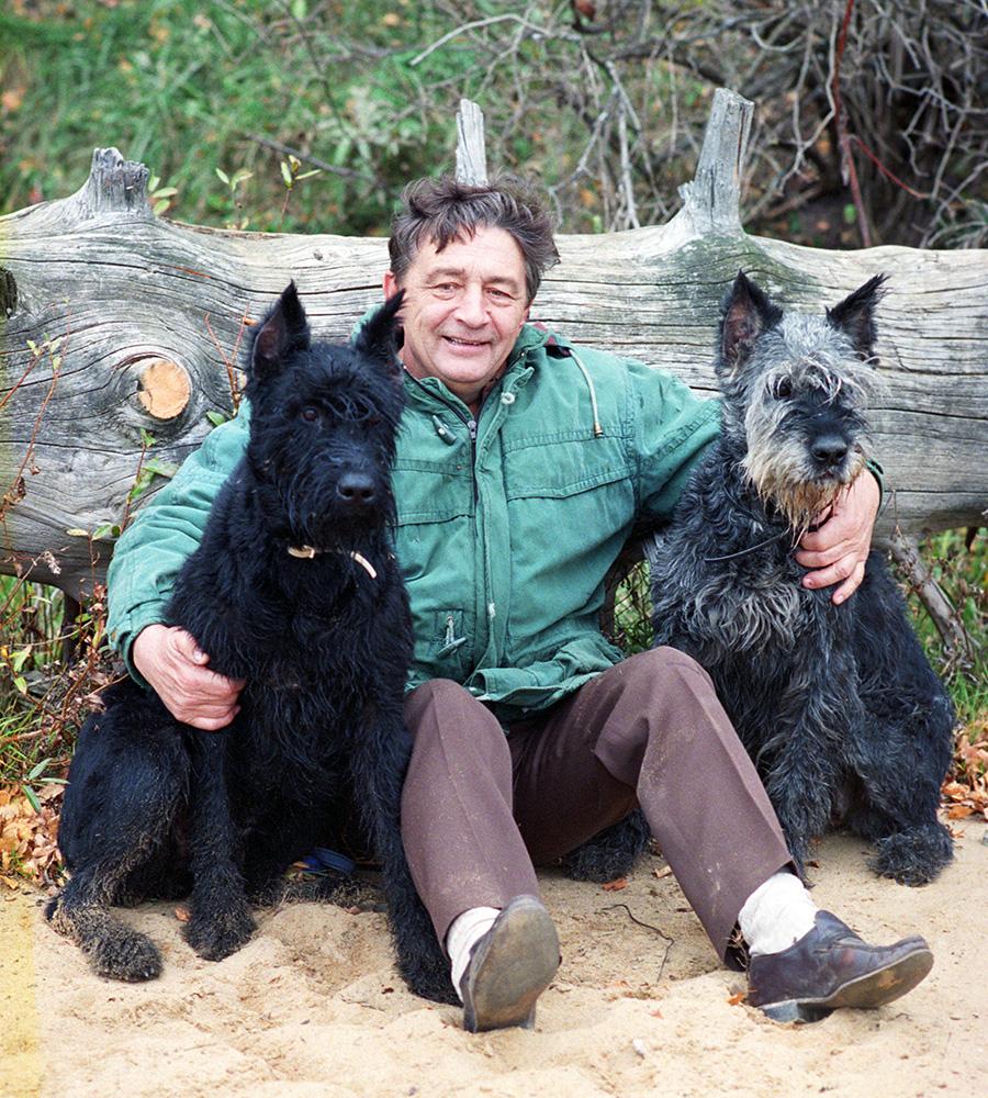 Эдуард Успенский со своими собаками. 24 июля 1995 года