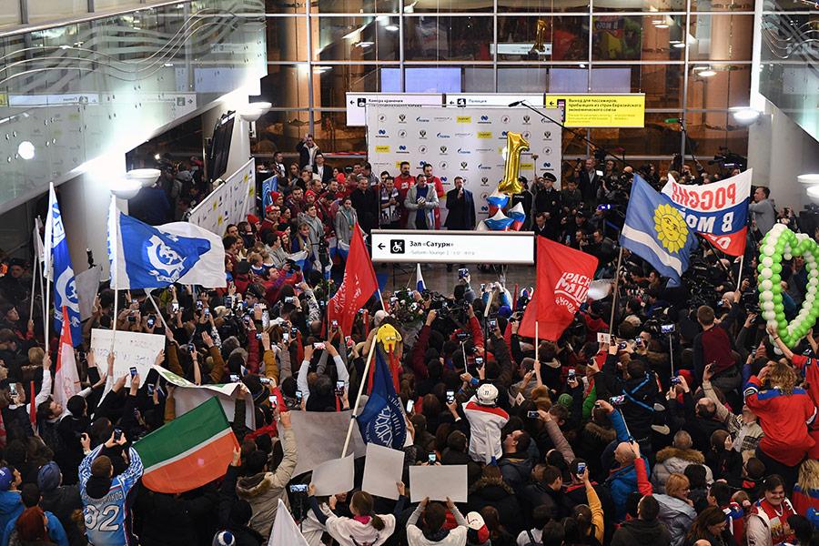 Встреча российских олимпийцев прошла в аэропорту Шереметьево в Москве.