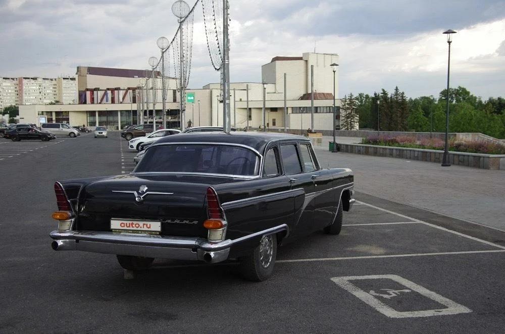 Автомобиль ГАЗ-13 «Чайка» из Кремлевского гаража продается вместе с мотоциклом сопровождения за 8 млн рублей