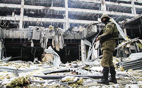 Ополченец Донецкой народной республики (ДНР) натерритории донецкого аэропорта, ноябрь 2015 года