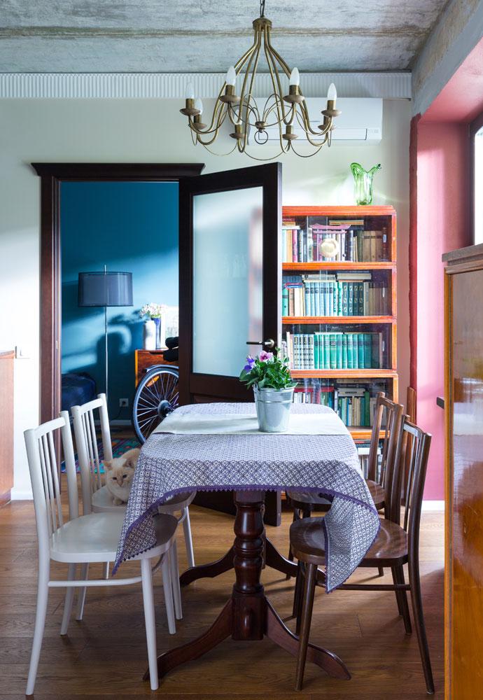 Большая часть мебели в квартире относится к 1960–1970-м годам