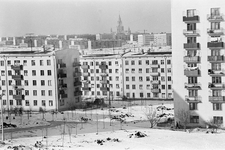 В Москве первые хрущевки появились вэкспериментальном районе Новые Черемушки  На фото: улица Обручева вЧеремушках, 1978 год