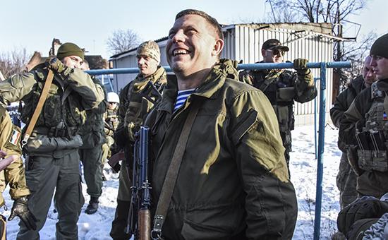 Глава ДНР Александр Захарченко (в центре) и ополченцы недалеко от донецкого аэропорта, 15 января 2015 года