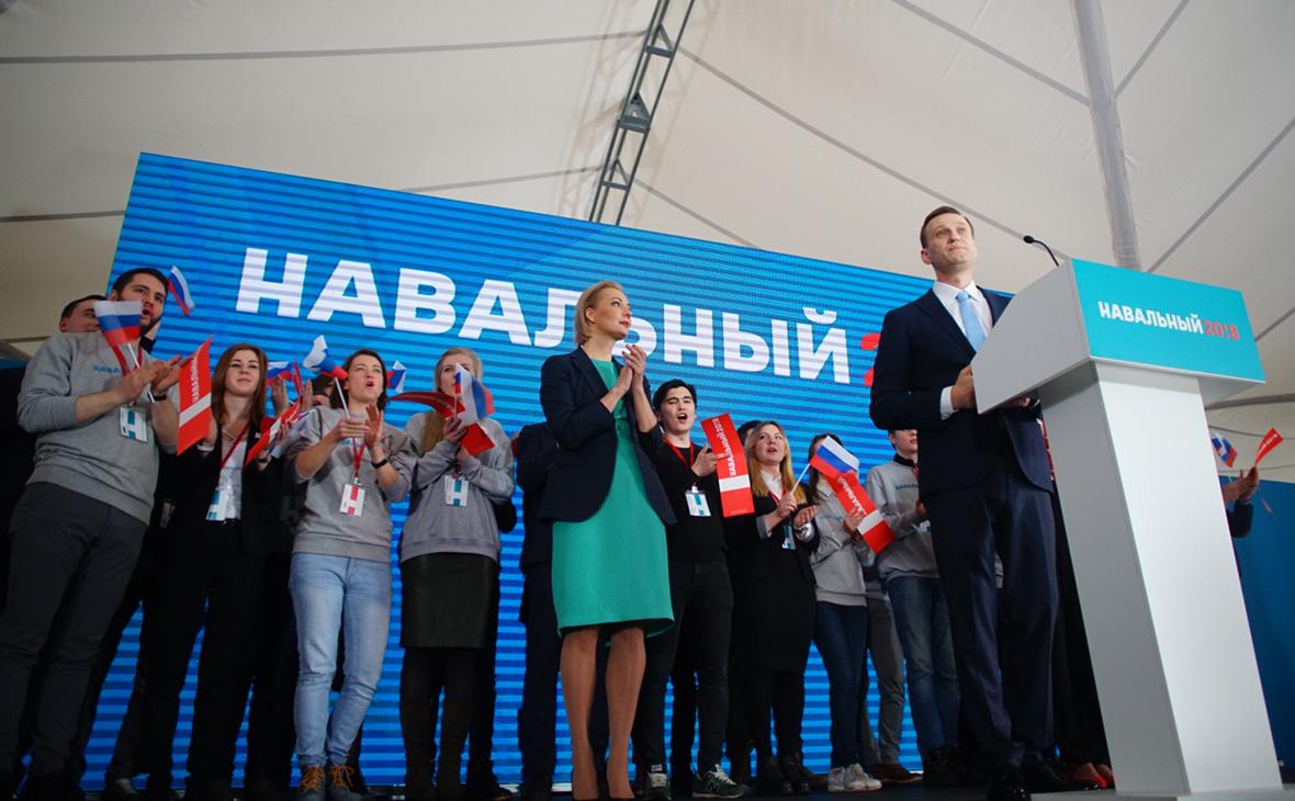 Выдвижение Алексея Навального (справа) кандидатом в президенты России. 24 декабря 2017 года