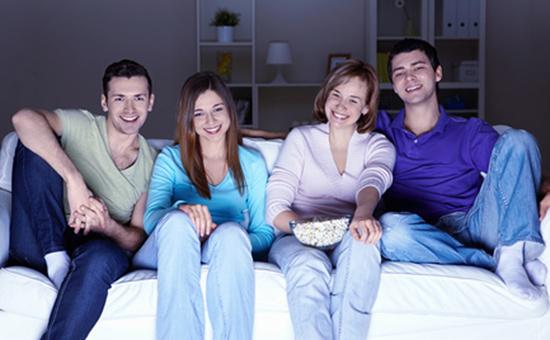 Компания друзей смотрит фильм
