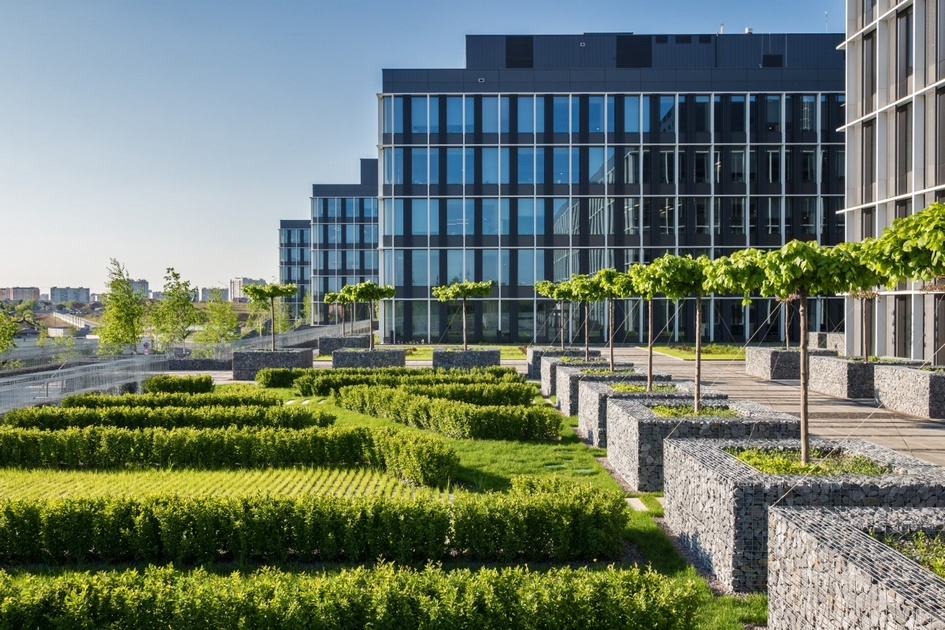 Апартаменты в бизнес-парке Comcity  Comcity — уже существующий бизнес-центр у станции метро «Румянцево». Среди резидентов — «Ростелеком», «Астерос», Oracle и другие компании. По соседству с функционирующим офисным зданием чешский девелопер PPF Real Estate решил построить 400 тыс. кв. м апартаментов, которые войдут в состав единого бизнес-парка. Инвесторы уверены, что новые апартаменты будут пользоваться спросом среди сотрудников, работающих в Comcity