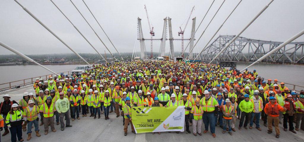 Строительством занимается фирма Tappan Zee Constructors. Возведение этого моста — самый масштабный инфраструктурный проект в США на данный момент, сообщил новостной портал Top News Now