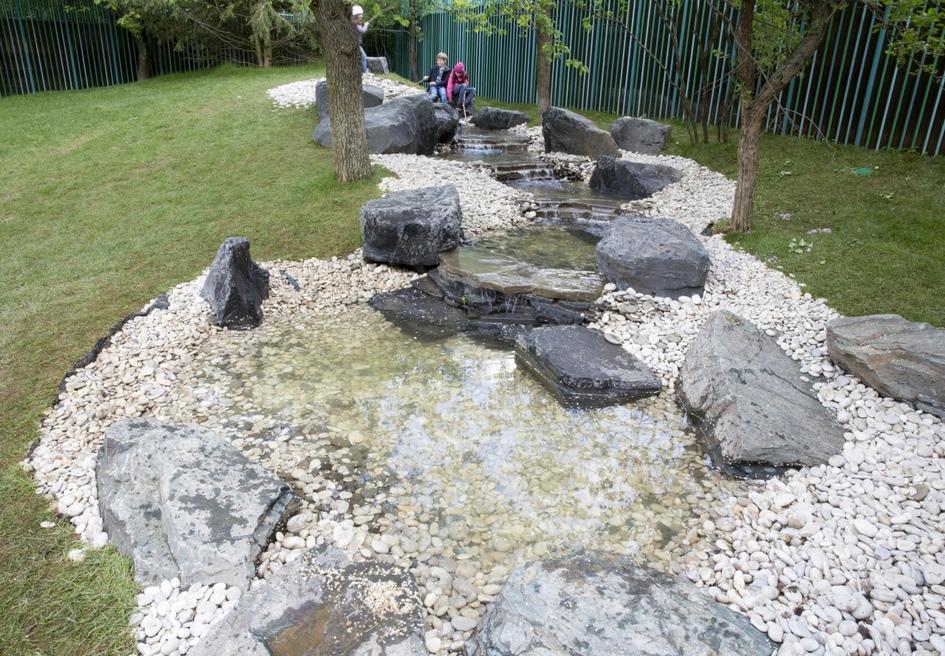 На территории «Хорошколы» разбит парк с большим количеством зеленых насаждений. Он служит для рекреационных и творческих целей детей, а также оборудован для подвижных игр и занятий спортом на свежем воздухе. Кроме того, парк украшен малыми архитектурными формами вроде арок, водопадов и сада камней