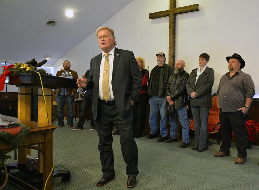 Дан Джонсон выступает с речью после выдвинутых обвинений. 12 декабря 2017 года