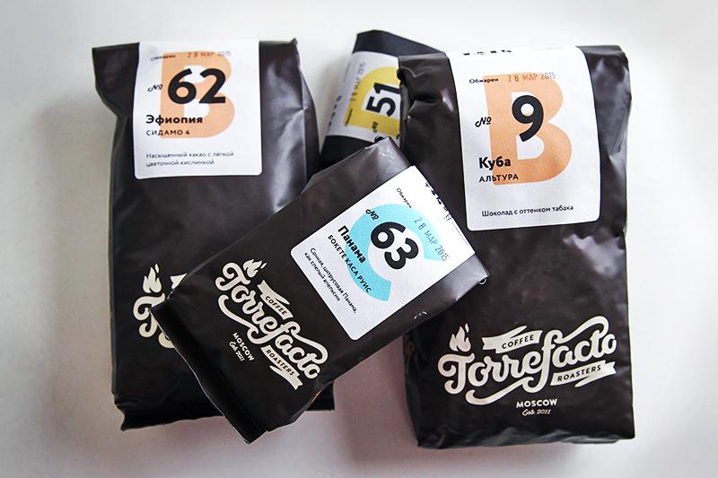 Заходя на сайт Torrefacto, клиент может заказать один или несколько из 30–40 сортов кофе, выбрать помол (от самого мелкого, для приготовления в турке, до крупного — во френч-прессе) и указать объем пакета – 150 г или 450 г