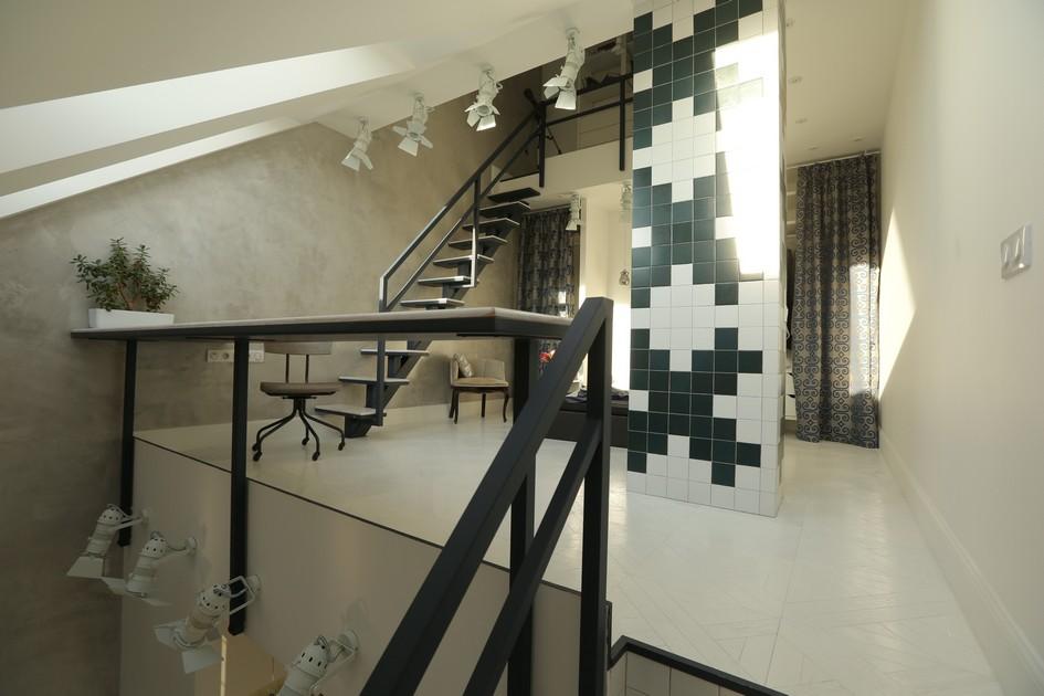 Компактное пространство, где скошен не только потолок, но и вся боковая стена, дизайнеры превратили в укромную спальню