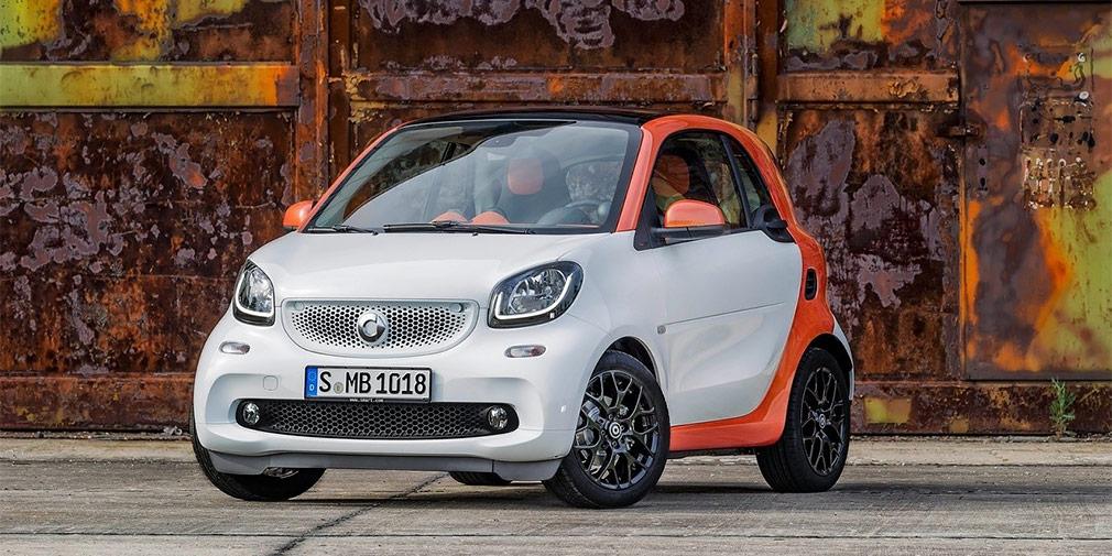 Smart fortwo  4,9 л/100 км  Легкий и компактный автомобиль оснащается только трехцилинровыми агрегатами: литровым мощностью 71 л.с. в паре с «механикой» и 90-сильным турбомотором объемом 0,9 л, который работает с «роботом». Второй вариант даже чуть экономичнее: 4,9 л/100 км в городе и 3,7 л/100 км по трассе. Атмосферный Smart сжигает в городе ровно 5 л на «сотню».