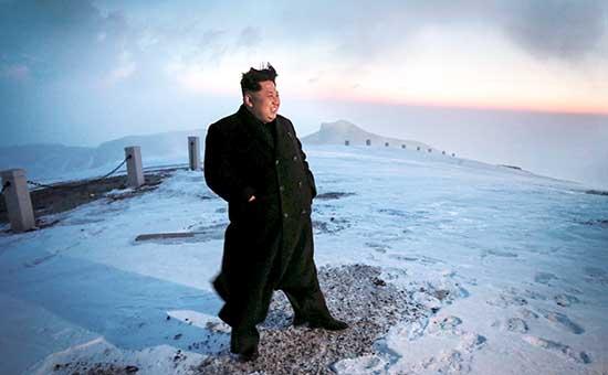 Северокорейский лидер Ким Чен Ын встречает рассвет на вершине горы Пэкту