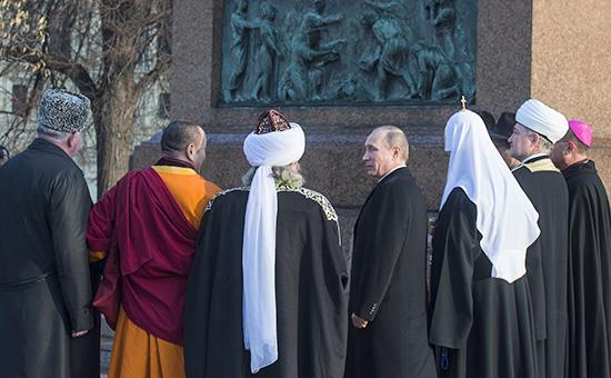 Президент России Владимир Путин вовремя встречи сглавами традиционных религиозных конфессий. Архивное фото