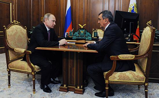 Президент России Владимир Путин (слева)и бывший губернатор Севастополя Сергей Меняйло, назначенный на должность полномочного представителя президента РФ в Сибирском федеральном округе, во время встречи в Кремле, 28 июля 2016 года