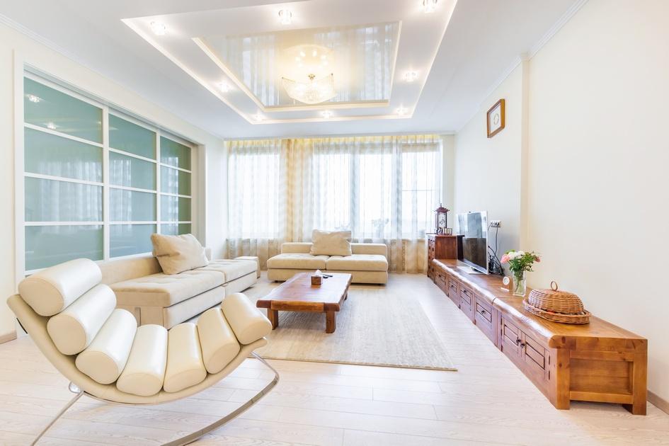 Кухню объединили с гостиной. За диваном расположена стеклянная перегородка, которая на первый взгляд выглядит как нефункциональный элемент интерьера. На деле за ней скрывается секретная спальня, отделенная от гостиной