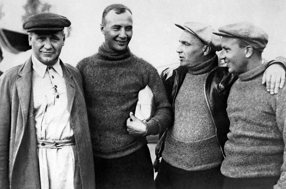 Авиаконструктор Андрей Туполев и члены экипажа АНТ-25: Александр Беляков, Валерий Чкалов, Георгий Байдуков (слева направо) накануне перелета Москва — остров Удд. 1936 год