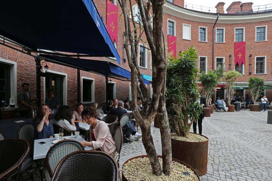 Также во внутреннем дворе расположатся столики ресторанов, базирующихся на первом этаже «Бутылки»