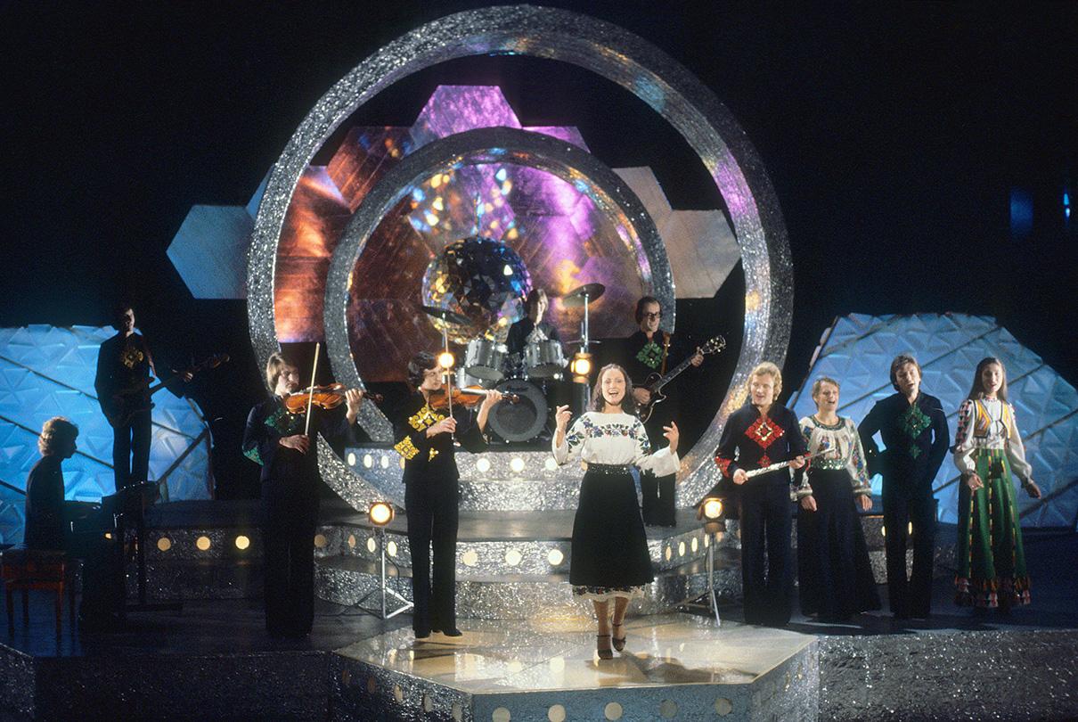 Певица София Ротару во время выступления на новогодней телепередаче «Голубой огонек». 1979 год