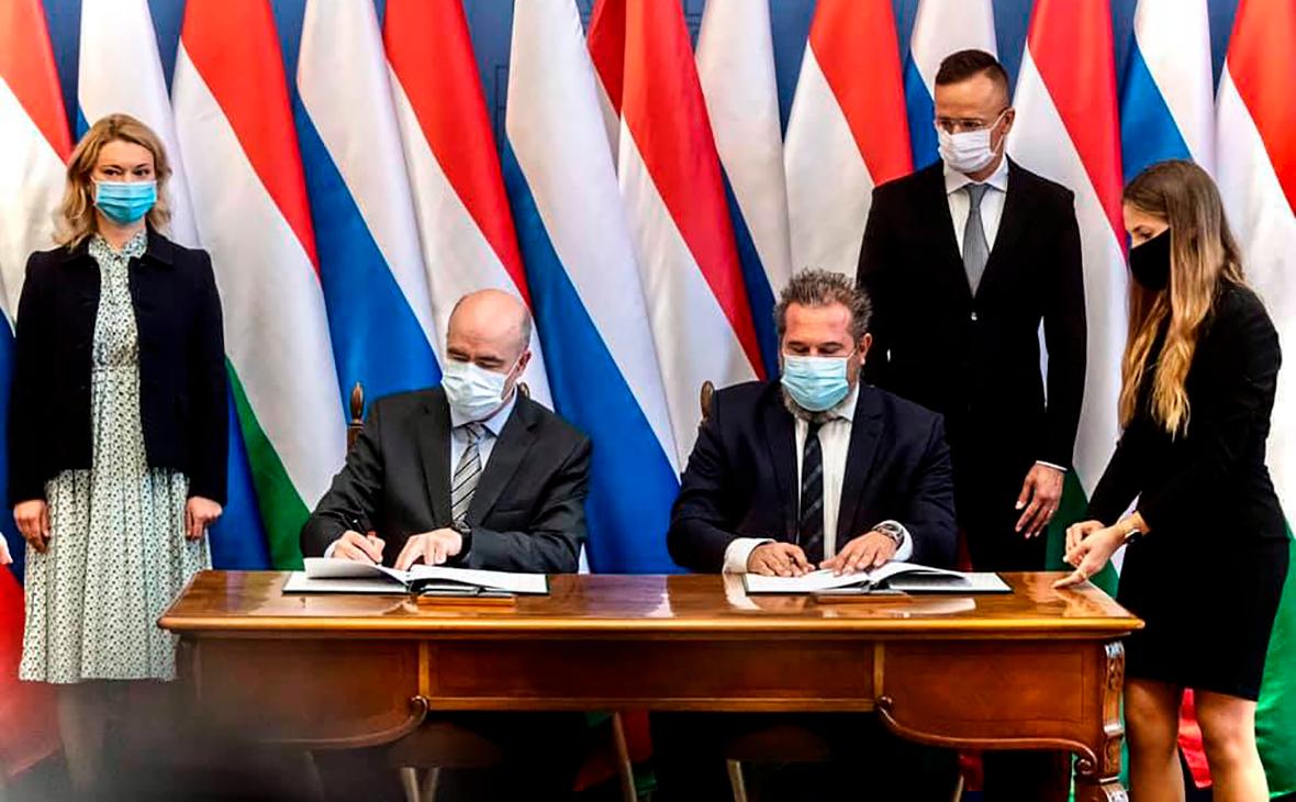 Петер Сийярто во время подписания договора с «Газпромом»