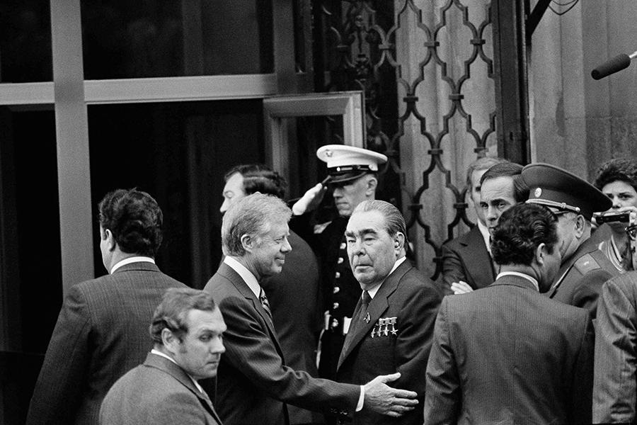 Джимми Картер и Леонид Брежнев (в центре)