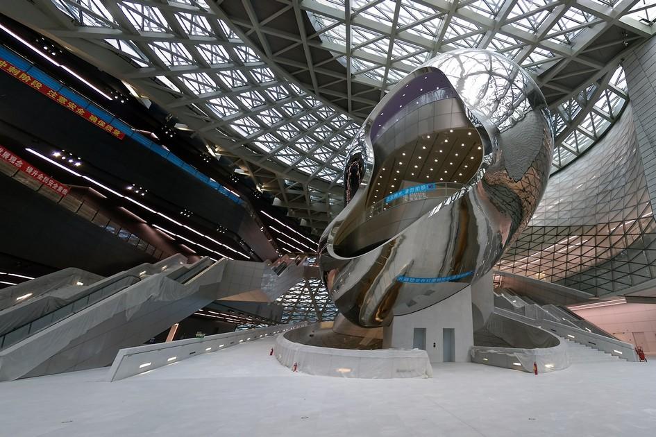 «Облако», оноже«яйцо». Смысловой центр Museum of Contemporary Art & Planning Exhibition: позамыслу архитекторов, объект служит нетольковизитной карточкой всего здания, нои местом встречи, гдепотерявшиеся посетители смогут найти друг друга