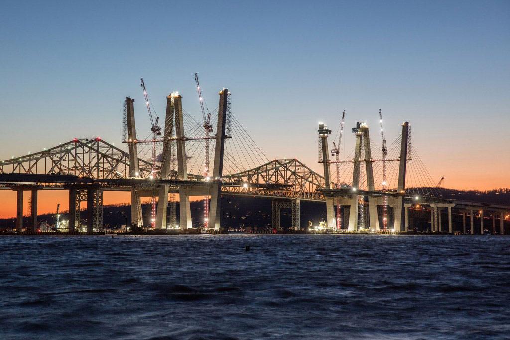 Мост поддерживают восемь наклонных бетонных башен высотой 127,7 м каждая