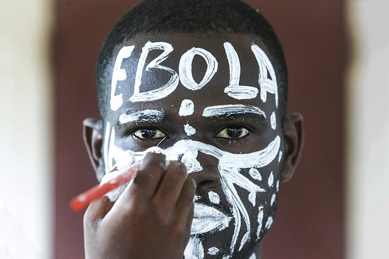 Болезнь, вызванная вирусом Эбола    Описание и симптомы:Болезнь, вызванная вирусом Эбола (ранее известная под названием геморрагической лихорадки Эбола), представляет собой тяжелое, и нередко смертельное заболевание с коэффициентом смертности, доходящим до 90%. Этому заболеванию подвержены люди и приматы. Происхождение вируса не установлено, однако на основании имеющихся данных считается, что вероятным хозяином вируса Эбола являются крыланы (Pteropodidae). В рамках текущей вспышки болезни в Западной Африке большинство случаев инфицирования людей произошло в результате передачи инфекции от человека человеку.  Первыми симптомами заражения являются внезапное появление лихорадки, мышечные боли, головная боль и боль в горле. За этим следуют рвота, диарея, сыпь, нарушения функций почек и печени и, в некоторых случаях, как внутренние, так и внешние кровотечения.    Распространение:Впервые вспышки Эболабыли отмечена в 1976 году в Демократической Республике Конго и Судане. С 23 марта 2014 года, когда Всемирная организация здравоохранения (ВОЗ) официально сообщила о вспышке болезни, вызванной вирусом Эболав Гвинее, организация была извещена, в общей сложности, о 5843 случаях заболевания и 2803 случаях смерти, это больше чем во всех остальных вспышках вместе взятых.    Прогресс:Апробированного лечения БВВЭ пока не существует. Лицензированных вакцин пока нет, однако 2 потенциальные вакцины проходят тестирование на безопасность для людей.