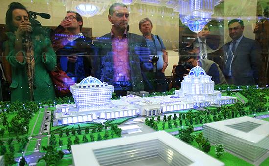 Выставка макетов нового Парламентского центра в Госдуме РФ. Фото 2015 года