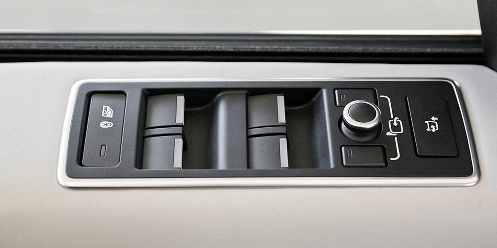 """Блок стеклоподъемников расположен на """"подоконнике"""" - фирменный почерк Range Rover."""