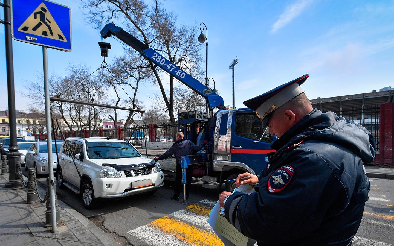 <p>Инспекторы ГИБДД при помощи рулеток измеряют расстояние от припаркованных автомобилей до разметки пешеходного перехода.</p>