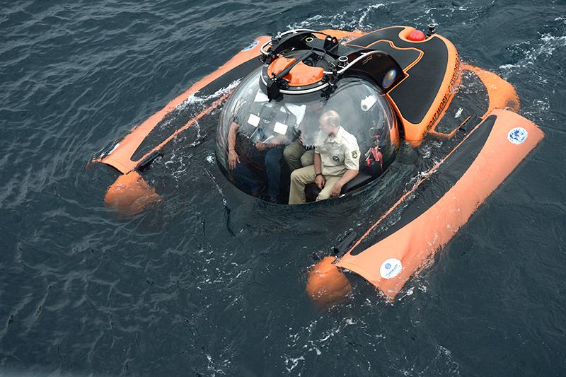 Президент России Владимир Путин погружается на 83-метровую глубину Черного моря к остову древнего корабля