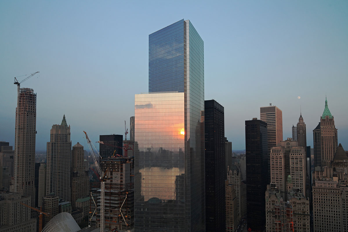 Новый небоскреб находится наюго-восточном краю площадки Всемирного торгового центра, такжеизвестной какGround Zero