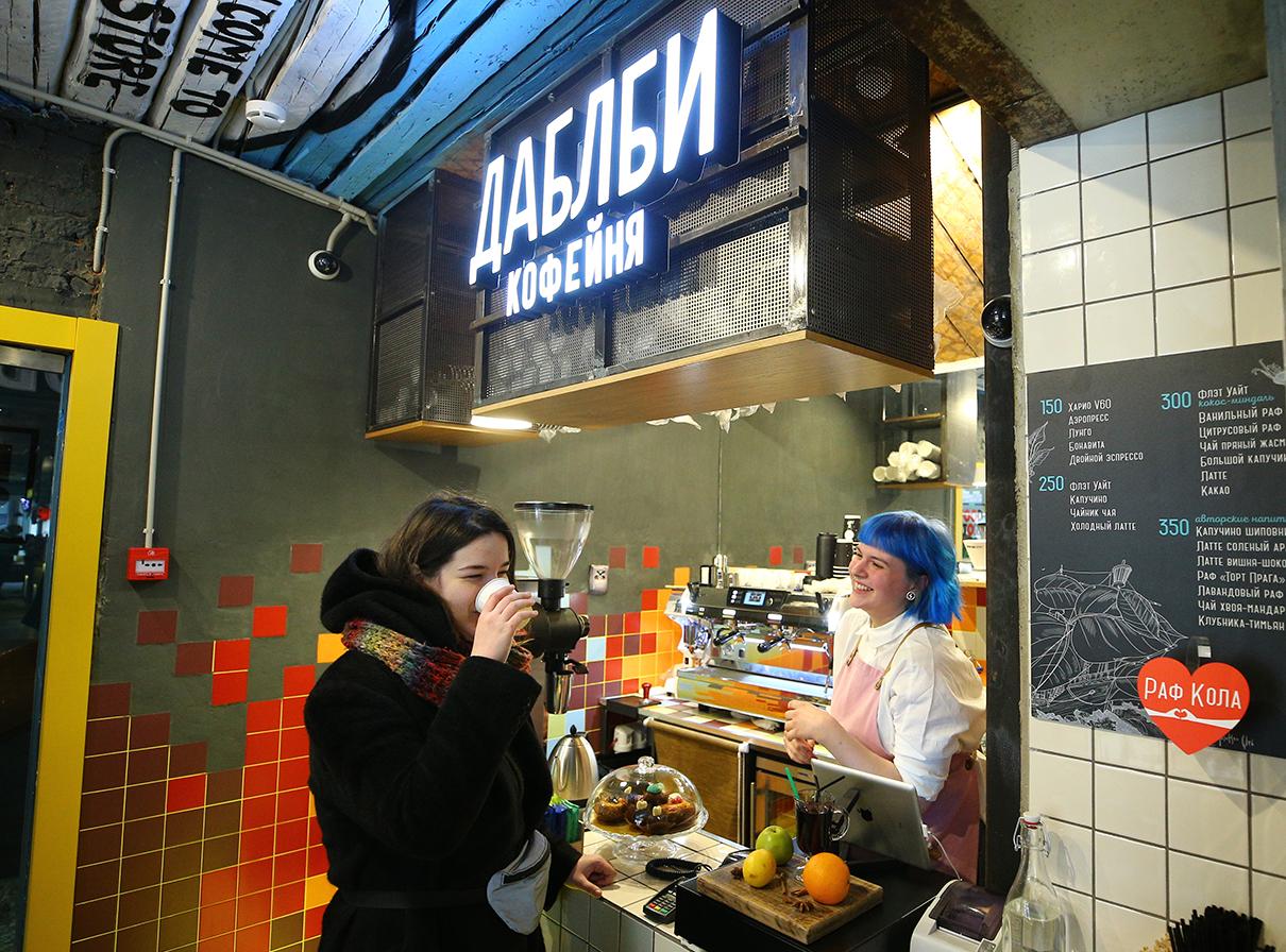 Кофейня «Даблби» на территории круглосуточного магазина и фуд-корта Food Store на улице Рождественка в столице. Food Store является сетью магазинов натуральных продуктов, объединенных с фуд-кортами (зонами питания)