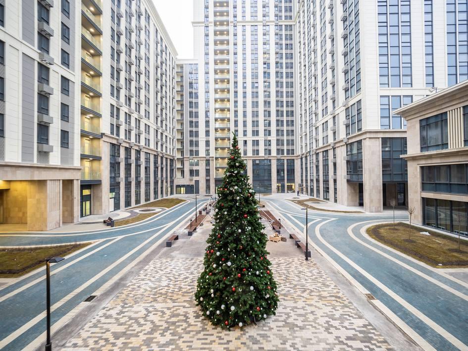 Площадка для праздников с рождественской елью во дворе Match Point