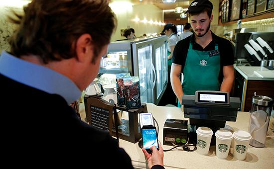 Посетитель кафе расплачивается спомощьюiPhone7. Москва, 3 октября 2016 года