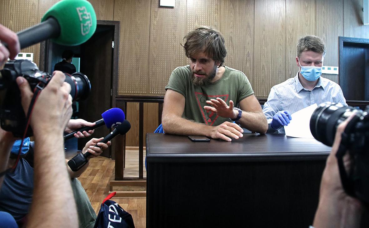 Петр Верзилов и его адвокат Леонид Соловьев (слева направо) во время рассмотрения ходатайства следствия об избрании меры пресечения в Мещанском суде